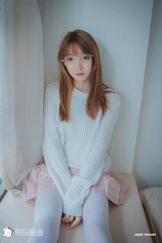 纯纯的粉裙眼镜娘写真
