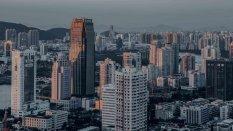 繁华的城市高楼建筑风景桌