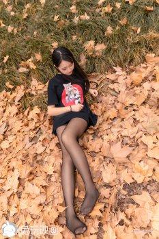 摄影少女秋日里的枫叶林