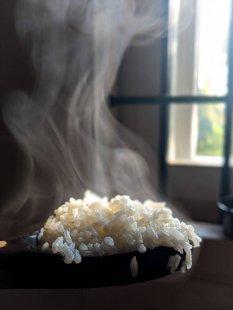 热气腾腾白米饭美食图片