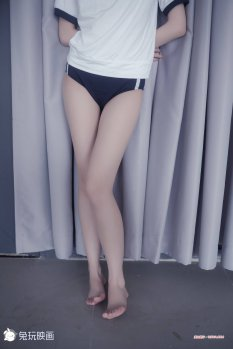 年轻萌妹体操服裸腿