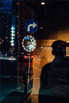 光影交错的街头