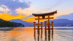 严岛神社鸟居的美丽风光桌
